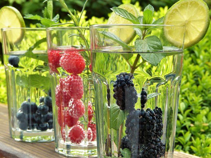Pomáhá citrónová, okurková, zázvorová, kokosová nebo skořicová voda na hubnutí